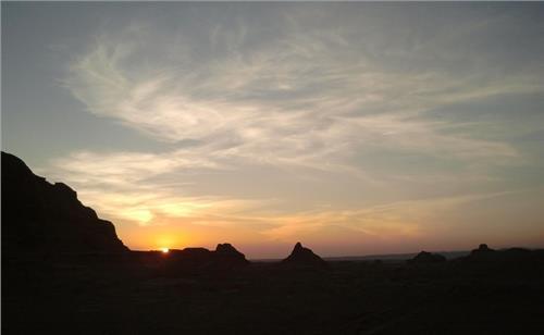 新疆五彩湾捡石头图片/新疆捡石头的地方