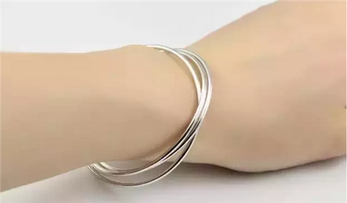 【银手镯的好处那只手带】女士戴银手镯的好处