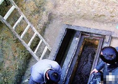千年古墓竟挖出会呻吟的活女人 太可怕了 这是僵尸复活吗?