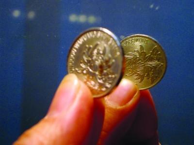 【一元两面花错版币图片】一元的硬币两面都是菊花错版值多少钱?