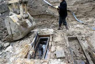 清朝古墓挖出僵尸贴符 清朝古墓图片 庞大清代古墓