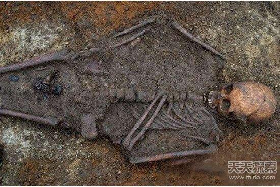 古墓女尸图片 考古发现古墓女尸产子图片曝光 千年女尸产下14斤活婴是真的吗