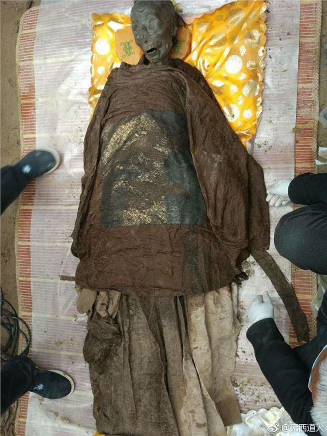 清朝古墓惊现诡异干尸 500年前古墓挖出 明朝官墓惊现干尸